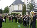 Nach dem Gottesdienst spielt der Posaunenchor traditionell auf dem Friedhof (Standort der alten Kirche)