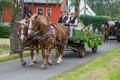 ... danach folgen Pferdefuhrwerke mit der kleinen,..