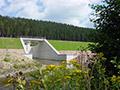 04.08.2007: Die Luftseite des neuen Staudamms ist schon grün