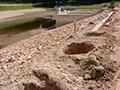 26.07.2009: Löcher für eine Bohrpfahlwand zur Abdichtung des undichten Damms